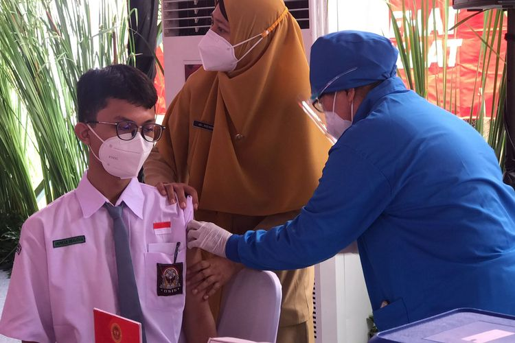 Vaksinasi pelajar dan door to door yang digelar Badan Intelijen Negara (BIN) di Kabupaten Sukoharjo dan Kabupaten Klaten, Senin (13/9/2021).