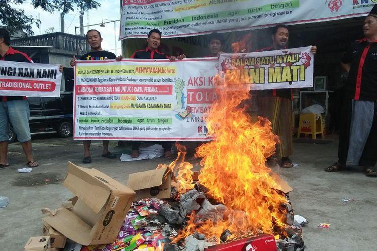 Belasan pelaku usaha yang menggeluti bisnis penjualan kartu perdana di wilayah Kabupaten Grobogan, Jawa Tengah mengamuk dan membakar seluruh kartu SIM prabayar aktif dagangannya,di pinggir jalan raya Grobogan - Semarang, tepatnya di Desa Manggarmas, Kecamatan Godong, Grobogan, Kamis (22/3/2018).