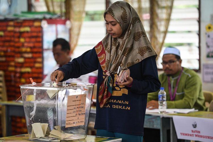 Warga Malaysia memberikan suaranya dalam pemilu sela di Port Dickson, pada 31 Oktober 2018.