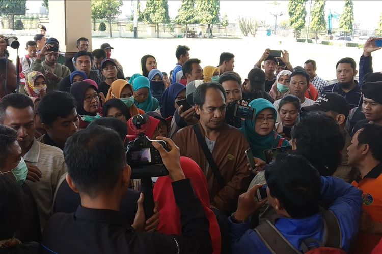 Warga mendatangi Polres Klaten untuk melaporkan dugaan penipuan bermodus investasi jamu herbal yang mereka alami, Senin (15/7/2019).