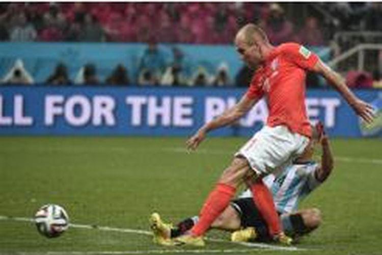 Penyerang Belanda, Arjen Robben (depan), gagal melakukan tembakan untuk mencetak gol ke gawang Argentina karena dihalau gelandang Argentina, Javier Mascherano, dalam laga semifinal Piala Dunia 2014 di Corinthians Arena di Sao Paulo, 9 Juli 2014. Argentina menang 4-2 lewat adu penalti setelah laga selama 120 menit berakhir tanpa gol.