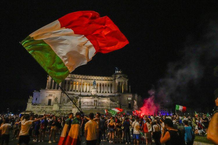 Fans Italia merayakan keberhasilan tim nasional mereka menjadi juara Euro 2020 di jalanan Roma, pada 12 Juli 2021. Italia juara setelah mengalahkan Inggris lewat adu penalti dengan skor 3-2 di Stadion Wembley, London.