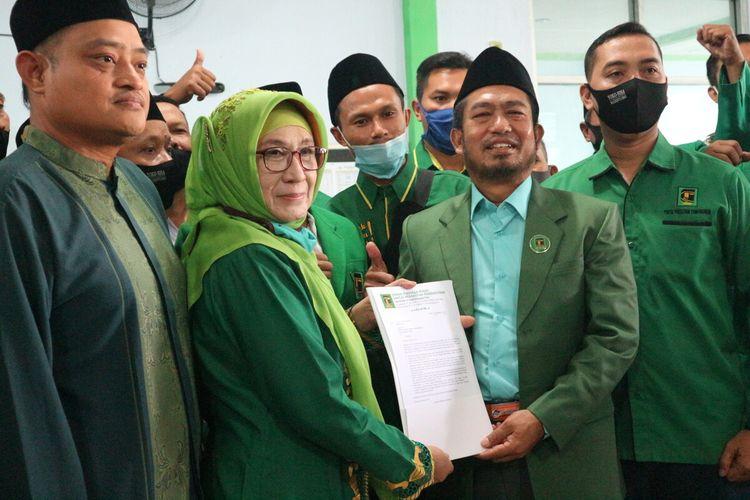 Choirun Nisa (berkerudung hijau), saat menerima berkas rekomendasi untuk pencalonan dalam Pilkada Kabupaten Mojokerto, di Kantor DPC PPP Kabupaten Mojokerto, Jawa Timur, Sabtu (25/7/2020).
