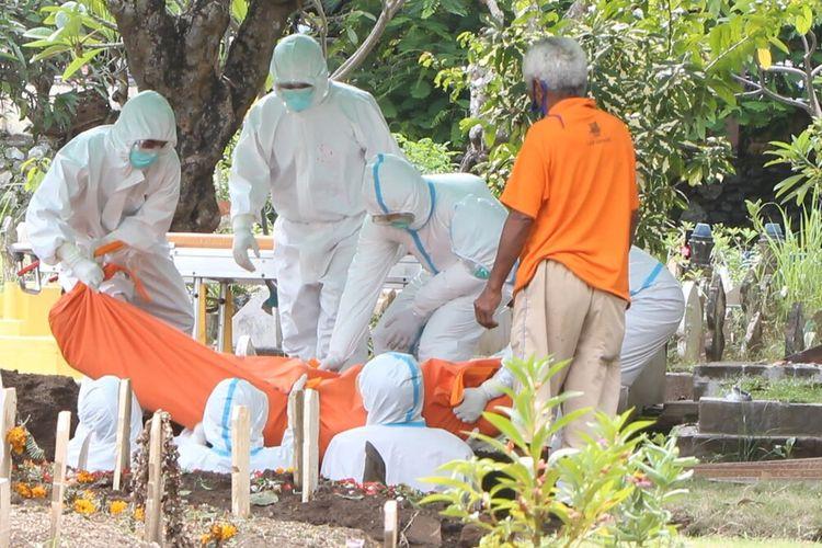Pemakaman pasien covid-19 di pemakaman umum Karang Medain dilakuman sesuai protokol covid-19