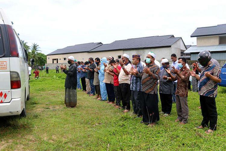 Warga dan petugas medis melakukan shalat jenazah berjamaah untuk almarhum dokter Imay Indra di Tempat Pemakaman Umum (TPU) Desa Blang Kreung, Kecamatan Baitussalam, Kabupaten Aceh Besar, Rabu (2/9/2020). Meninggalnya dokter Imay Indra setelah menjalani perawatan akibat terpapar virus corona atau Covid-19 ini menjadi kasus yang pertama di Aceh.