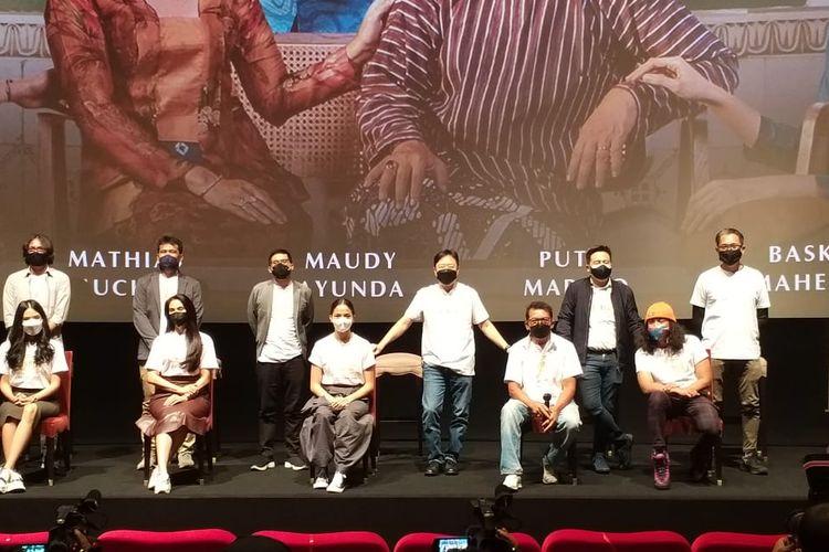 Para pemain, sutradara, serta produser film Losmen Bu Broto dalam jumpa pers di XXI Epicentrum, Kuningan, Jakarta Selatan, Kamis, (23/9/2021).