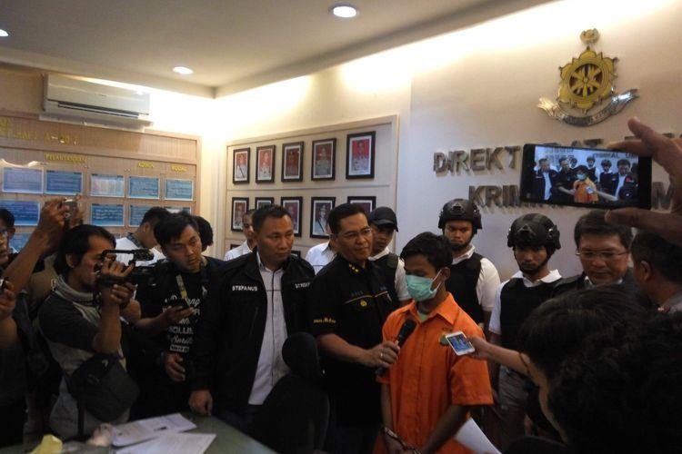 AM (20), pembunuh arsitek bernama Feri Firman (50) saat di Mapolda Metro Jaya, Minggu (7/1/2018).