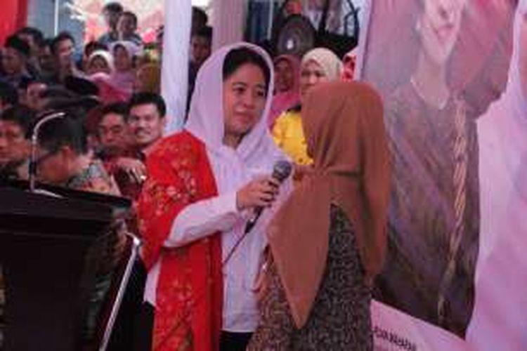 Menko PMK Puan Maharani berbincang dengan warga di Kantor Wali Nagari Sintuk, Kecamatan Sintuk Toboh Gadang, Kabupaten Padang Pariaman, Jumat (29/4/2016).