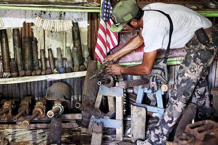 Muhlis Eso merapikan barang temuan sisa Perang Dunia II. Itu dilakukan setiap dia menemukan temuan baru di bilik museum miliknya, di Pulau Morotai, Maluku Utara, Senin (18/7/2016).