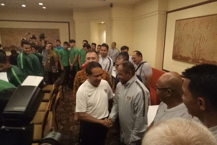 Menteri Pemuda dan Olahraga, Zainudin Amali bersalaman dengan pelatih timnas sepak bola putri, Rully Nere  saat mendatangi tempat pemusatan latihan timnas sepak bola Indonesia untuk SEA Games 2019 Filipina, di Jakarta, Jumat (8/11/2019).