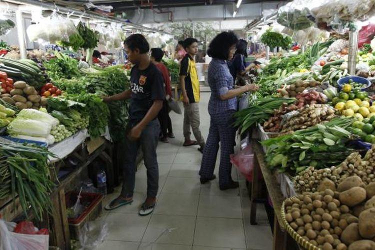 Ilustrasi: Pengunjung berbelanja di Pasar Mayestik, Kebayoran Baru, Jakarta Selatan, Selasa (20/5/2014).