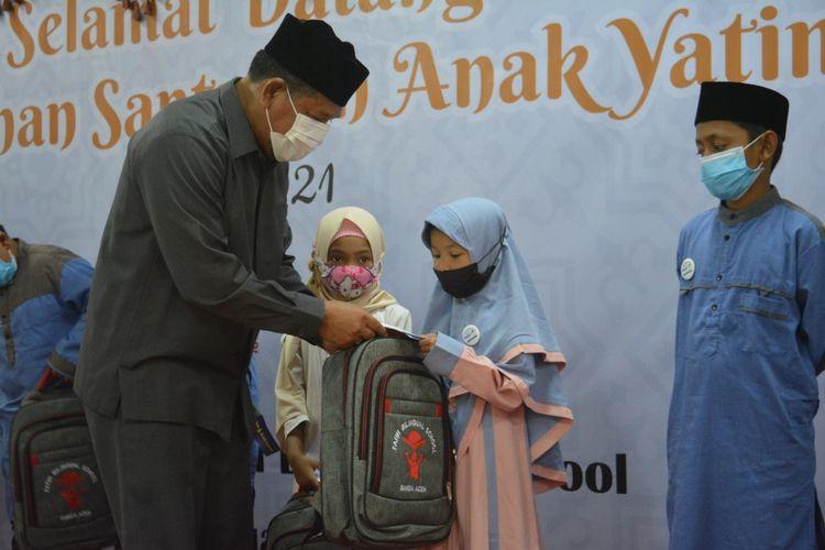 Terdapat 800 total paket sumbangan yatim terkumpul pada tahun ini, terdiri atas 500 paket akan diserahkan melalui Pemerintah Kota Banda Aceh untuk disalurkan dan 10 paket telah diserahkan pada program simbolik Selasa lalu (6/4/2021) bertempat di kampus Teuku Nyak Arif Fatih Bilingual School dengan menerapkan protokol kesehatan ketat.