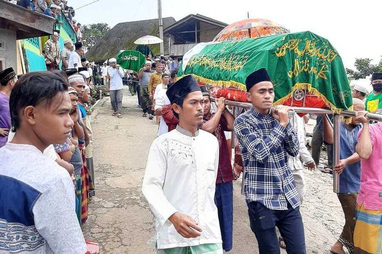 Jenazah lima warga yang menjadi korban diduga gas beracun geothermal PT SMGP saat akan dimakamkan, di Desa Sibanggor Julu, Kecamatan Puncak Sori Marapi, Mandailing Natal, Selasa (26/1/2021).