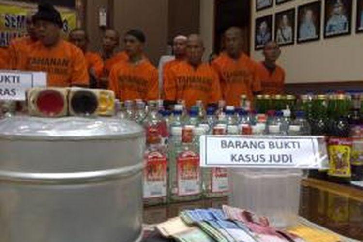 Para tersangka kasus judi saat digelar di Mapolres Malang, Jawa Timur, Kamis (1/8/2013).