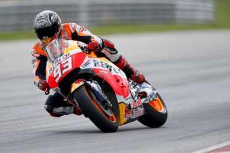 Pebalap Repsol Honda asal Spanyol, Marc Marquez, memacu motornya pada hari kedua tes pramusim di Sirkuit Sepang, Malaysia, Selasa (2/2/2016).