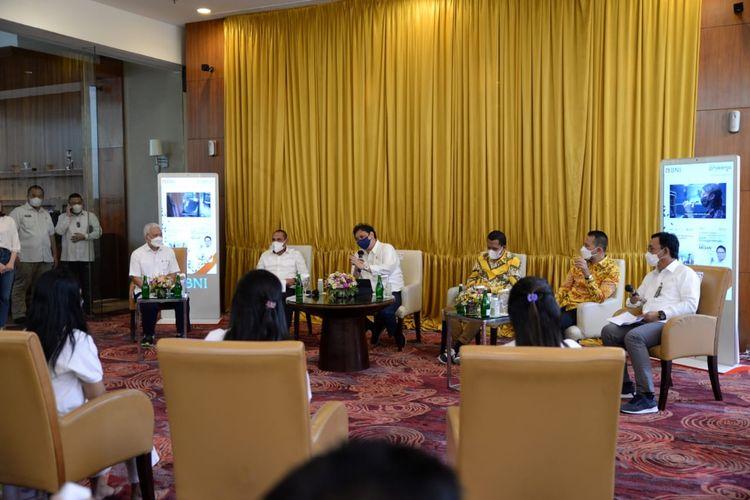 Menteri Koordinator Perekonomian Airlangga Hartanto menyempatkan diri bertemu dan berdialog dengan para alumni program Kartu Prakerja di Medan, Sumatera Utara untuk menyampaikan apresiasi yang telah secara maksimal memanfaatkan program ini untuk pengembangan diri.