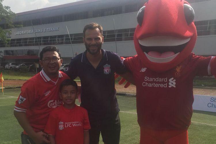 Erwin Saleh (kiri) bersama sang anak, Nino Arghana Saleh, dan legenda Liverpool, Patrik Berger (kaus kerah abu) saat sesi soccer clinic di Lapangan Simprug, Jakarta Selatan, Minggu (11/3/2018).