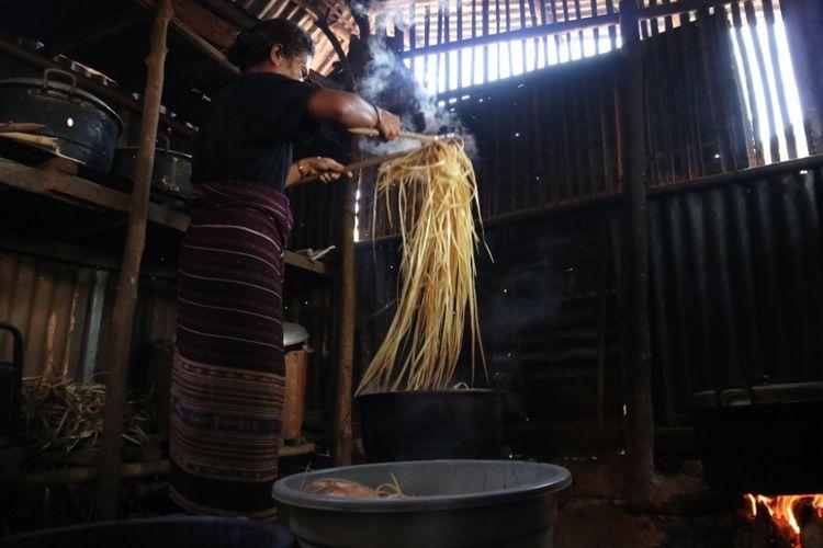 Proses pengawetan, produksi kerajinan anyaman lontar, di Rumah Anyam DuAnyam Wulublolong, Flores TImur, NTT, Jumat (12/10/2018).