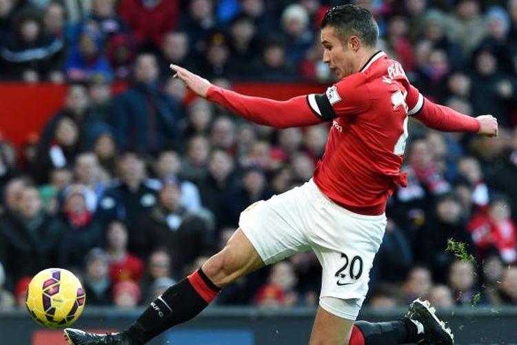 Penyerang Manchester United Robin van Persie melepaskan tendangan yang berujung gol ke gawang Leicester City, pada pertandingan Premier League, di Old Trafford, Manchester, Sabtu (31/1/2015). Gol itu membuat MU unggul 1-0.