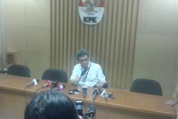 Juru bicara KPK Johan Budi, memberikan keterangan dalam konferensi pers di Gedung KPK, Jumat (18/7/2014)dini hari.Sebelumnya, KPK melakukan operasi tangkap tangan di rumah Bupati Karawang, Jawa Barat.