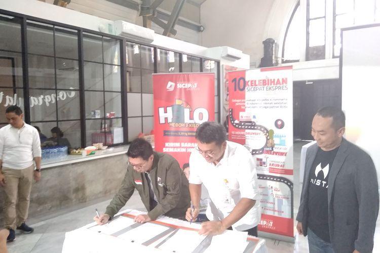 The Kim Hai CEO SiCepat dan Charles Direktur Komersial PT. POS Indonesia menandatangani perjanjian kerja sama di Jakarta, Kamis(12/12/2019).