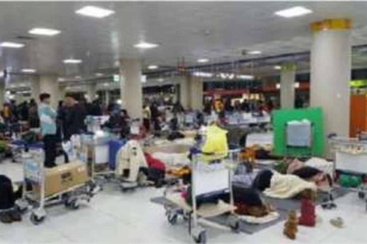 Pada hari Senin (25/1/2016) pagi ratusan penumpang masih tertahan di bandara Jeju akibat cuaca dingin yang melanda Korea Selatan.