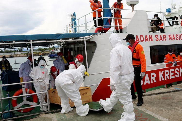 Tim Basarnas Banda Aceh melakukan evakuasi terhadap satu jenazah abk dari kapal asing  MV Morandi berbendera Malta di  perairan laut selat Benggala, evakuasi deilakukan sesuai dengan menerapkan protokol kesehatan seperti penangan jenazah covid 19.