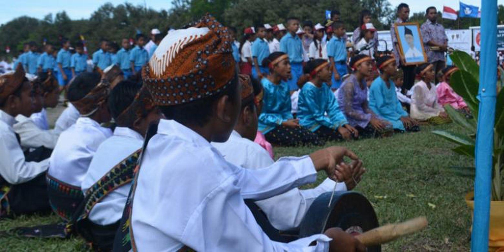 Penyanyi Lagu Daerah Yang Diiringi Musik Tradisional Di ...