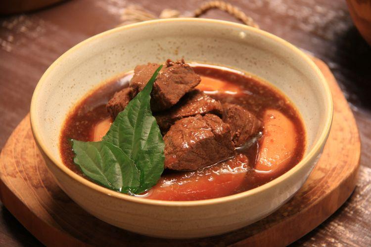 Semur daging dan kentang, sayur berkuah dengan cita rasa manis gurih.