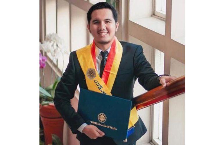 Firdaus Bazyli Azariel Rampius berhasil lulus dengan predikat cum laude dari Universitas Gadjah Mada (UGM) berkat Beasiswa Nusantara Cerdas dari BRI.