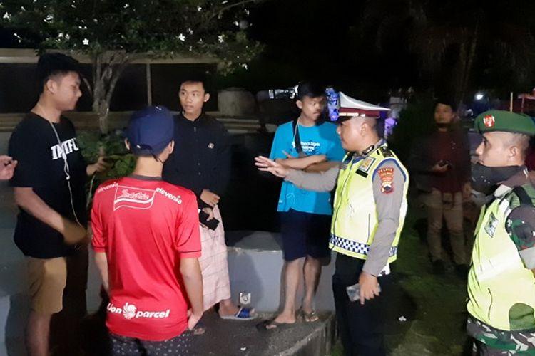 Petugas gabungan saat membubarkan kerumunan remaja di Tugu Nol Kilometer Kabupaten Pekalongan Jawa Tengah.