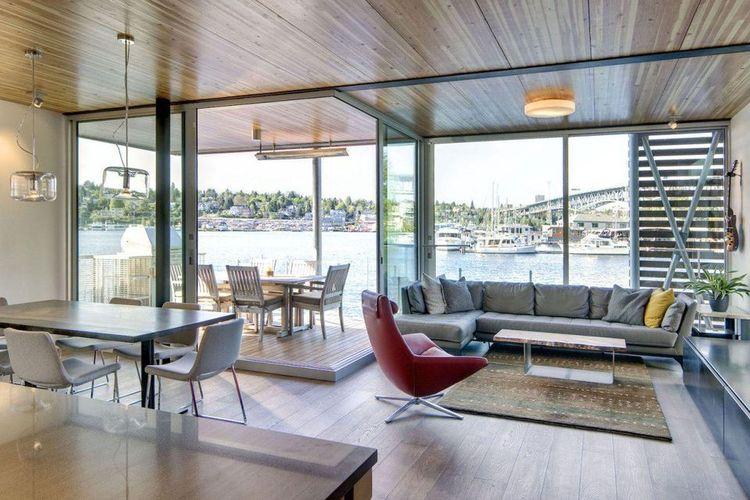 Di sudut kanan dan belakang sofa ruang tamu terdapat panel kaca yang memungkinkan sirkulasi saat cuaca panas maupun dingin.