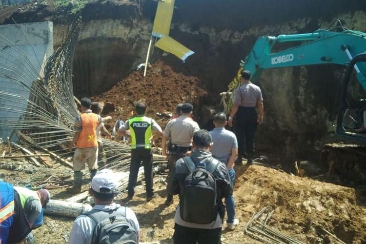Bencana tanah longsor menerjang lokasi proyek double track Rel Kereta Api Sukabumi-Bogor di KM 19/900, Kampung Baru Rt. 02/07 Desa Watesjaya, Kecamatan Cigombong, Kabupaten Bogor, Jawa Barat, tertimbun longsor pada Sabtu (16/11/2019) pagi, hingga saat para korban telah dievakuasi.