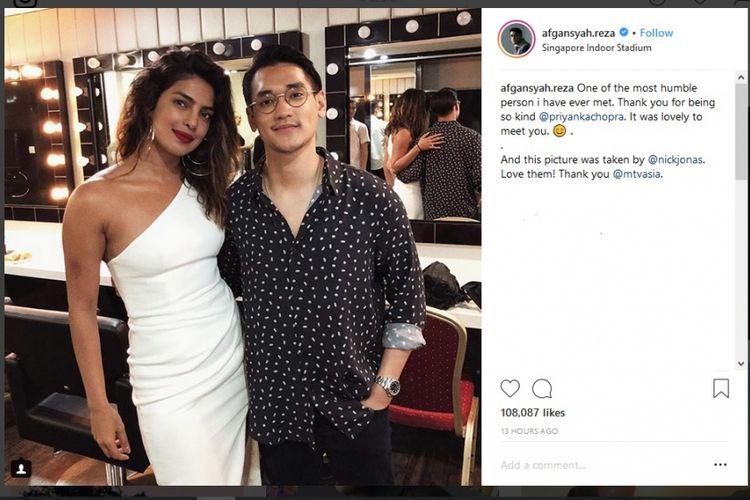 Penyanyi asal Indonesia Afgansyah Reza berfoto dengan aktris Priyanka Chopra di Singapore Indoor Stadium.
