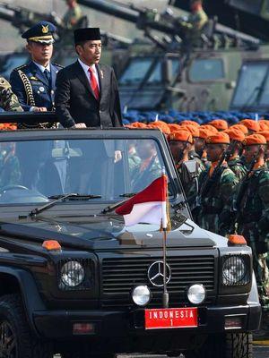 Inspektur upacara, Presiden Joko Widodo (kanan) didampingi Komandan Upacara Kolonel (Mar) Y. Rudy Sulistyanto (kiri) melakukan inspeksi jajaran pasukan saat Upacara Perayaan HUT Ke-74 TNI di Lanud Halim Perdanakusuma, Jakarta Timur, Sabtu (5/10/2019). Perayaan HUT ke-74 TNI mengangkat tema TNI Profesional Kebanggaan Rakyat.