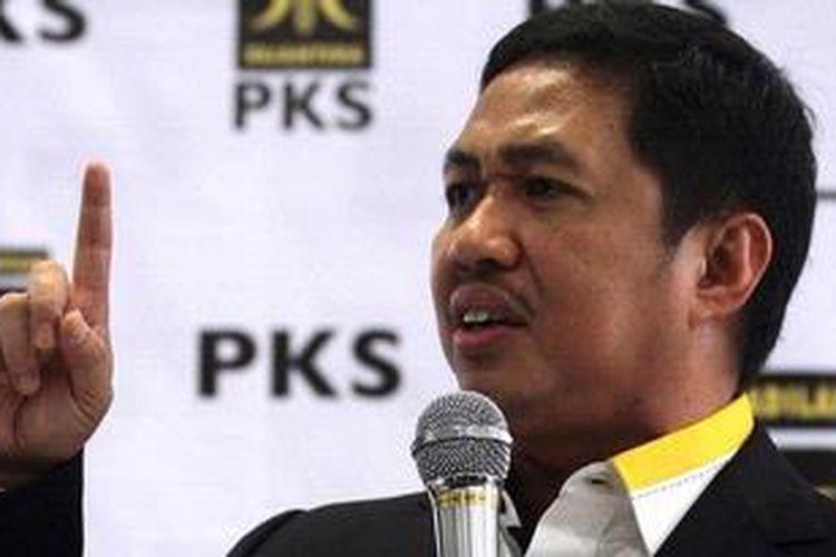 Presiden Partai Keadilan Sejahtera M Anis Matta saat memberikan pidato politiknya di Kantor DPP PKS, Jakarta, Jumat (1/2/2013). Anis yang sebelumnya menjabat sebagai Sekjen PKS diangkat menjadi Presiden PKS menggantikan Lutfi Hasan Ishaaq yang ditahan KPK karena diduga terlibat korupsi.
