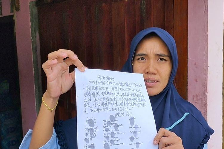 Rita Andri Pratama kakak perempuan Sepri, salah satu ABK asal OKI Sumsel yang meninggal dan mayatnya dilarung ke laut oleh kapal China, menunjukkan selembar surat pemberitahuan dalam Mandarin.