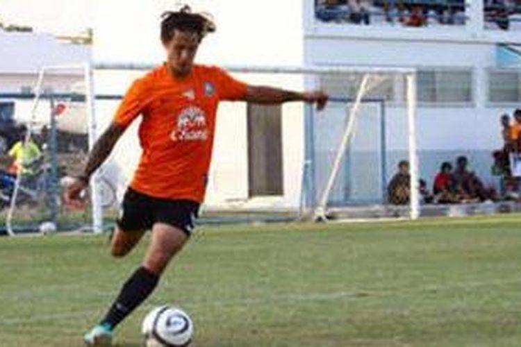 Bintang sepak bola Indonesia, Irfan Bachdim, sedang mengikuti trial bersama salah satu klub Thailand Premier League, Chonburi FC.