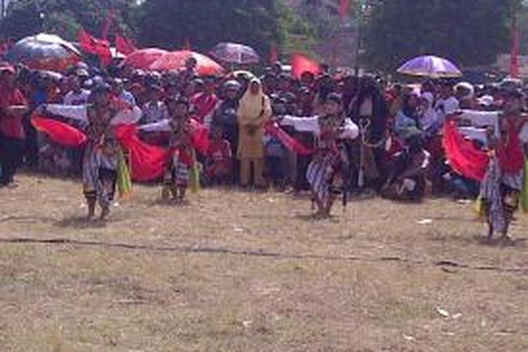 Kampanye pasangan Bambang-Said dihibur Reog Pnorogo. Warga kecewa karena tak dihadiri oleh pasangan Calon Gubernur dan Wakil Gubernur Jatim, Bambang-Said. Rabu (21/8/2013).