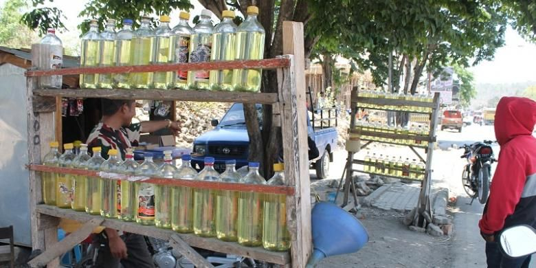 Bensin eceran yang dijual di sepanjang jalan Eltari Kefamenanu dijual per botolnya Rp 10.000 sejak Agustus 2014 lalu
