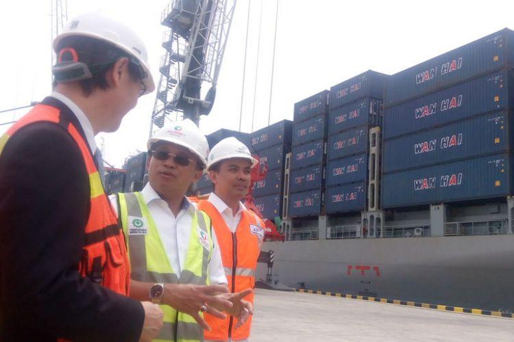 DirekturUtama PT Pelabuhan Indonesia (Pelindo) I, Bambang Eka Cahyana berjalan bersama pejabat Perusahaan Pelayaran Asal Taiwan, Wan Hai Lines terminal Multipurpose Kuala Tanjung di Kabupaten Batubara, Provinsi Sumatera Utara (Sumut), Kamis (27/12/2018).