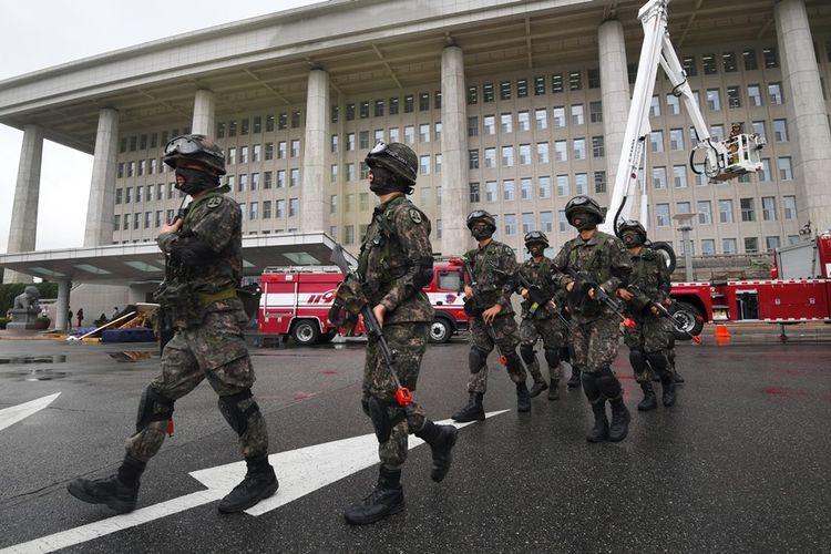 Tentara Korea Selatan saat mengikuti latihan pertahanan sipil nasional di gedung Majelis Nasional di Seoul pada Agustus 2017.