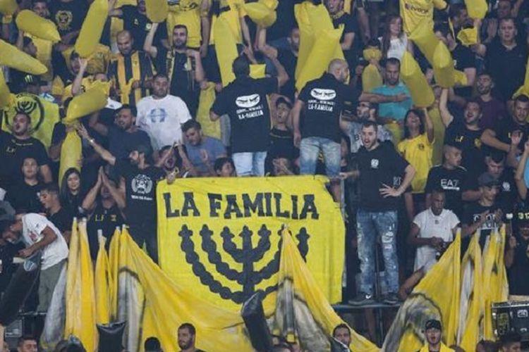 Fans garis keras dari Beitar Jerusalem yang berjuluk La Familia ketika mendukung klub yang bermain di Israeli Premier League, kasta teratas sepak bola Israel, tersebut.