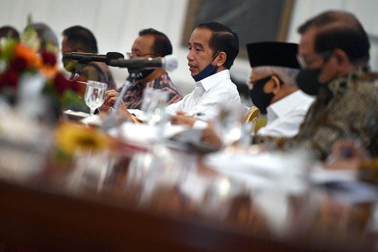 Presiden Joko Widodo (ketiga kanan) memimpin rapat terbatas secara tatap muka di Istana Merdeka, Jakarta, Selasa (23/6/2020). Pemerintah mengantisipasi potensi ledakan kebakaran hutan dan lahan yang biasa terjadi pada Agustus sampai September dan akan melakukan rekayasa hujan melalui teknologi modifikasi cuaca.