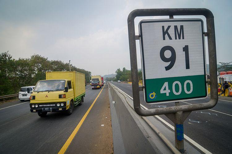 Kendaraan melintas saat pemberlakuan contraflow di KM 91 Tol Cipularang, Kabupaten Purwakarta, Jawa Barat, Selasa (3/9/2019). Pemberlakuan Contra Flow tersebut diberlakukan selama proses olah tkp kecelakaan beruntun di KM 91 oleh petugas berwenang.