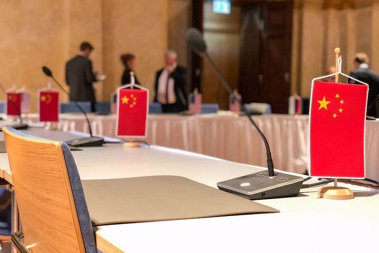 Foto ini diunggah oleh Negosiator AS, Marshall Billingslea di akun Twitternya. Bendera China di meja rapat perundingan START pada Senin (22/6/2020) kemarin, di Vienna, Austria. Perundingan START merupakan perjanjian antara AS-Rusia. AS bersikeras agar China ikut serta. Namun sampai menjelang rapat berlangsung, pihak China tidak hadir.
