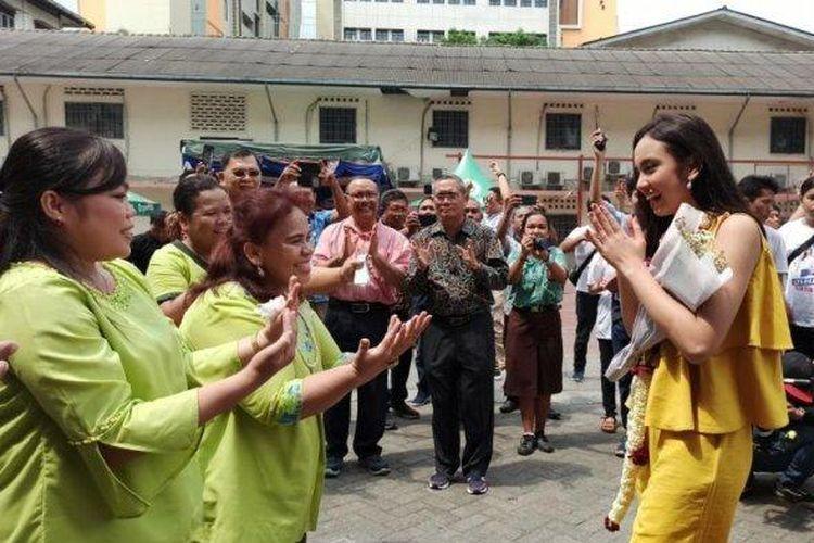Juara 1 Indonesian Idol X, Lyodra Ginting, disambut meriah di SMA Santo Thomas 2 dengan tarian dan lagu Mbiring Manggis.