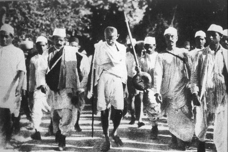 Mahatma Gandhi saat memimpin long march menentang monopoli garam yang diberlakukan pemerintah kolonial Inggris.