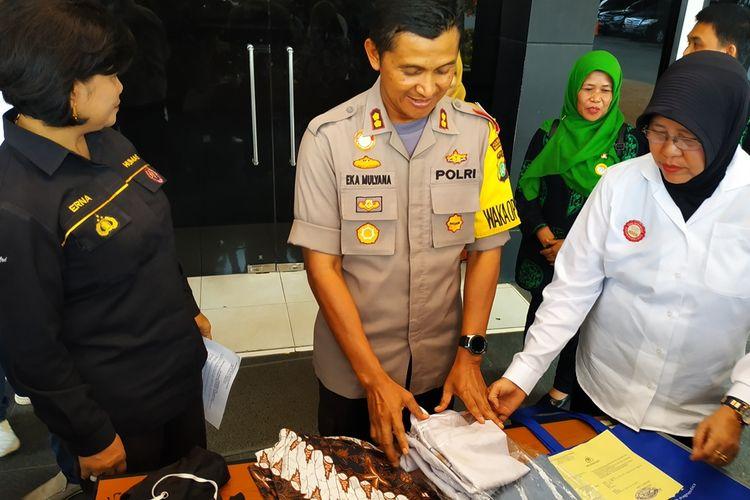 Wakapolres Bekasi Kota, AKBP Eka Mulyana saat memberikan keterangan mengenai insiden pengeroyokan siswi SMK di Bekasi, Kamis (22/8/2019).