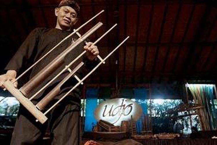 Taufik Udjo, anak Mang Udjo, yang bersama saudara-saudaranya kini mewarisi dan mengelola Saung Angklung Udjo.